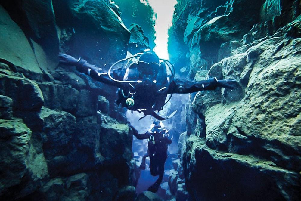 Suyun berraklığı ve yarığın kolay ulaşılabilir olması sayesinde Silfra en popüler dalış noktalarından biri haline geldi.