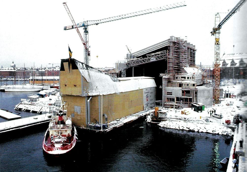 Onarımı tamamlanan Vasa eski bir kuru havuzun üzerine inşa edilen müzeye yerleştirilirken (1988).