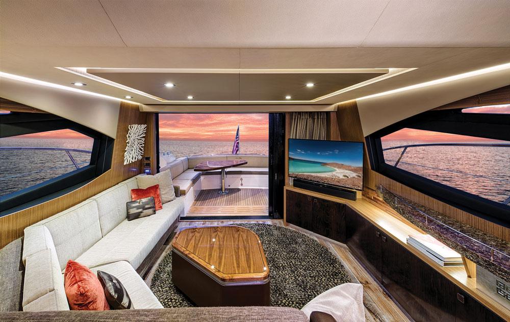 Salon, geniş yan pencereler, yekpare ön cam ve sunroof'taki cam bölüm sayesinde aydınlık ve ferah.