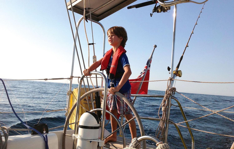 Çocukla okyanus seyrinde seyre hazırlık ve güvenlik
