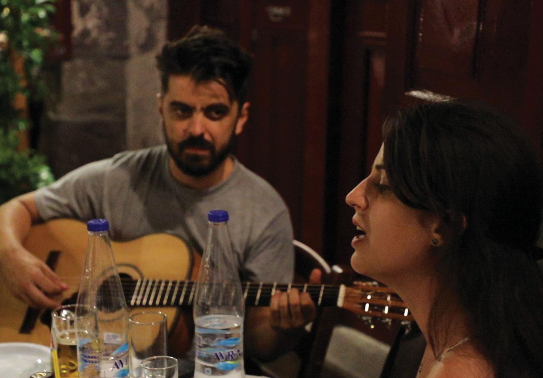 Panagiota Maistrelli ve arkadaslari ile muzik keyfi