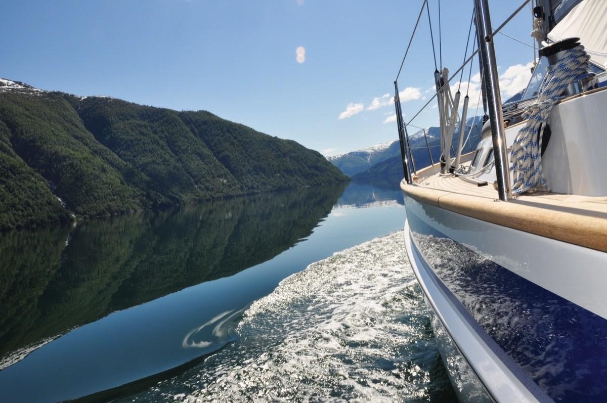 Norveç fiyortlarında bir küçük yelkenli