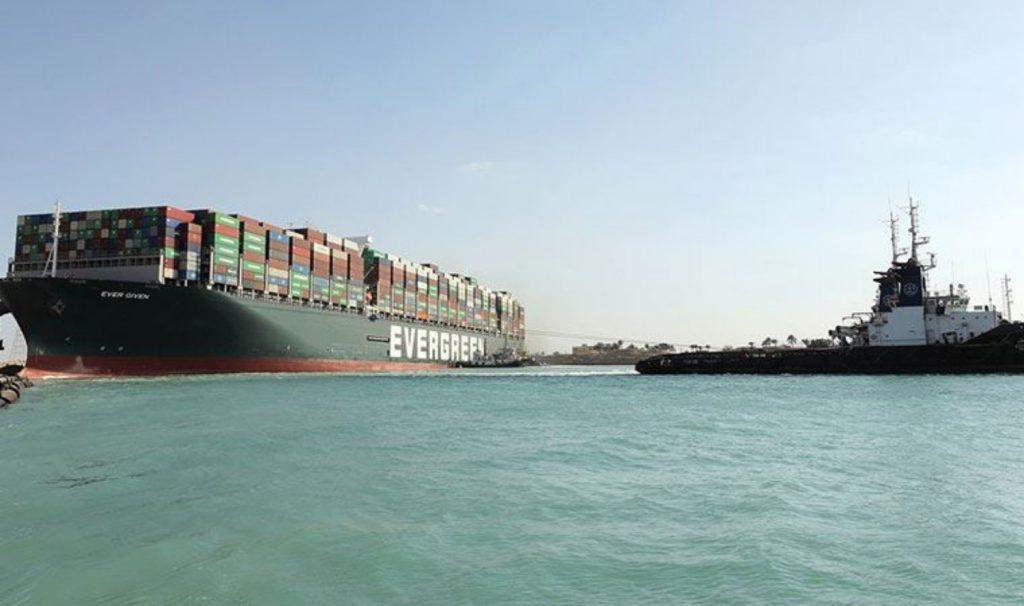 Süveyş Kanalı'ndaki gemi kurtarıldı